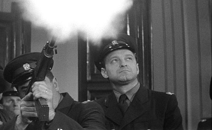 Velitel policie ve slavné fantaskní akční komedii Václava Vorlíčka a Miloše Macourka Kdo chce zabít Jessii?