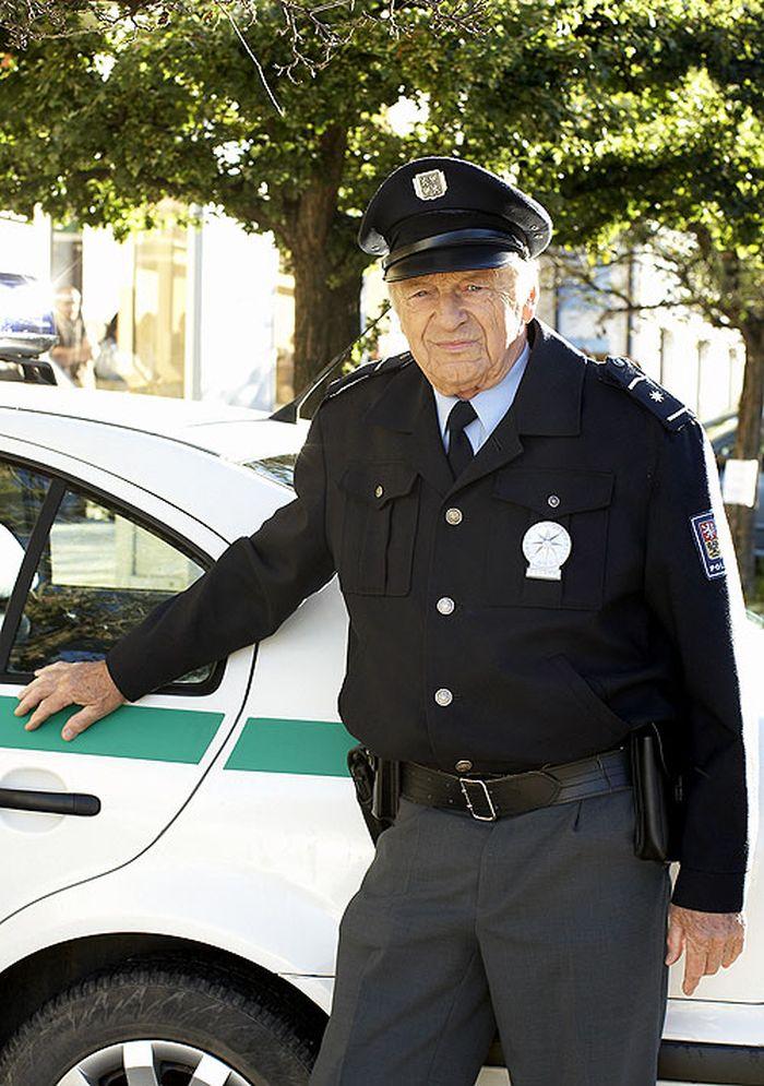 Major Racek v pilotním filmu k seriálu Policie Modrava