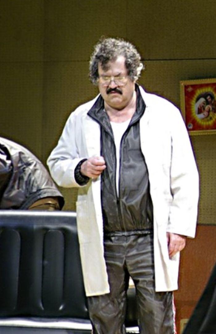 Správce špitálu v Gogolově satirické komedii Revizor – Národní divadlo 2006)