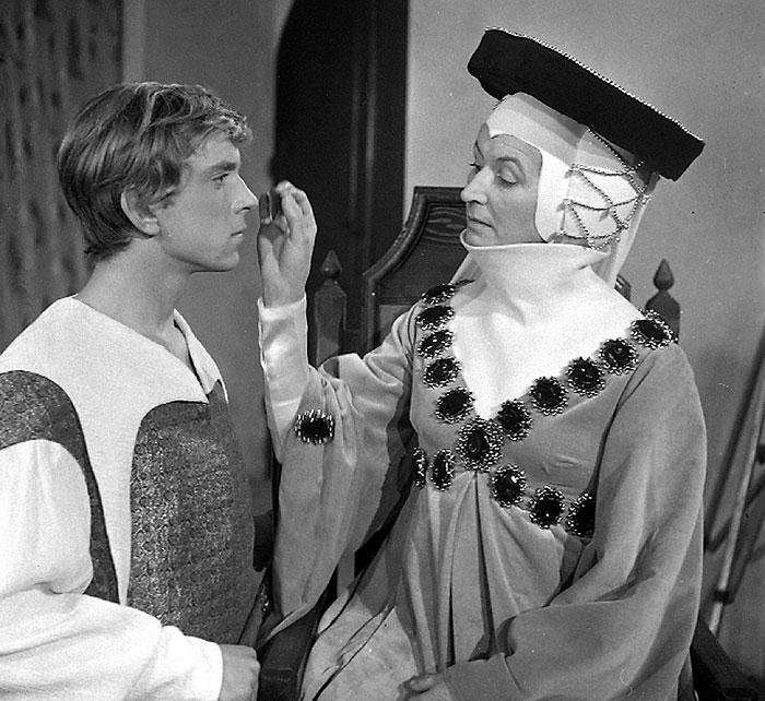 Mladý císař Karel IV. (Jaromír Hanzlík) se svou tetou v historické komedii scenáristy Jana Procházky a režiséra Karla Steklého z roku 1969 Slasti otce vlasti
