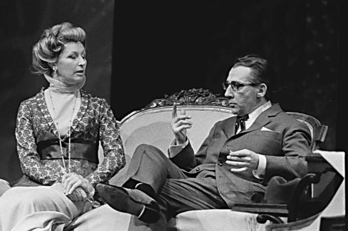 Paní Higginsová a profesor Henry Higgins (Miloš Kopecký) ve slavné romantické komedii G. B. Shawa Pygmalion – Divadlo na Vinohradech 1968