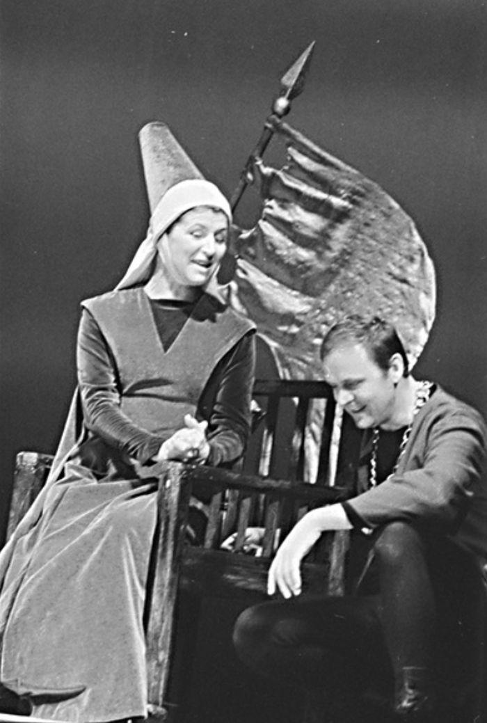 Královna Yolanda a Karel (Stanislav Remunda) v historickém dramatu Jana z Arcu (Skřivánek) – Divadlo na Vinohradech 1968