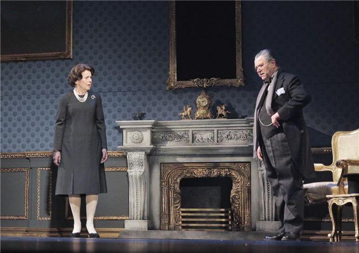 Winston Churchill a Alžběta II. (Iva Janžurová) v inscenaci Stavovského divadla Audience u královny