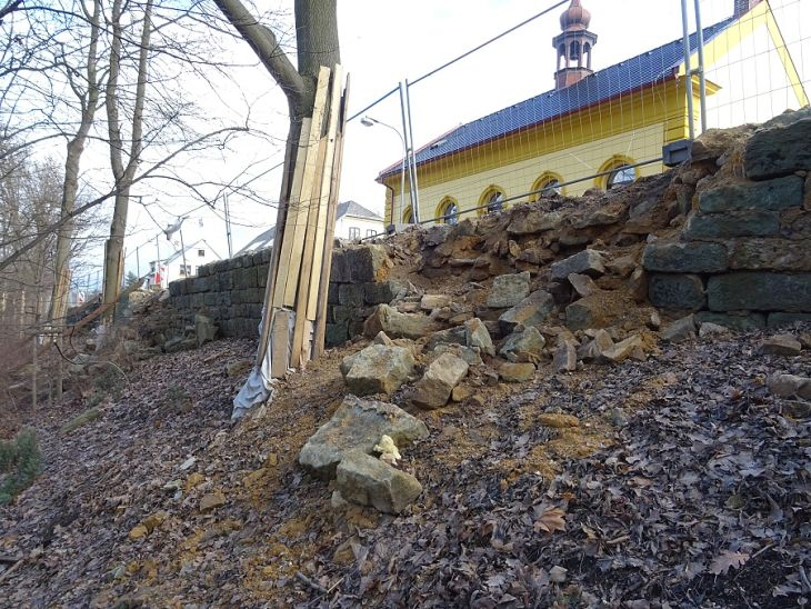 Ohradní zeď zámeckého parku v Potštejně