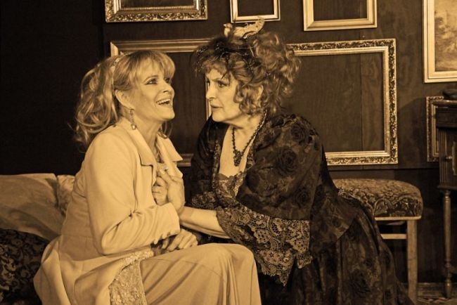 Chantal Poullain s Reginou Rázlovou v představení Divadla Ungelt Kurtizána