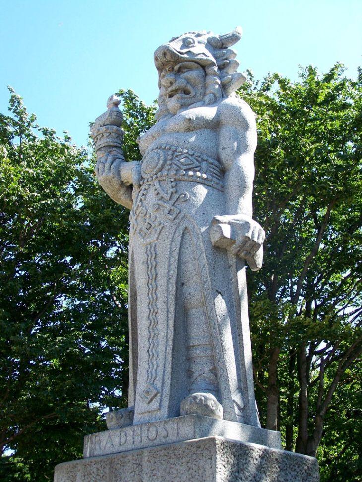Socha Radegasta, slovanského pohanského boha slunce, hojnosti a úrody, stojí přesně v polovině cesty z Pusteven na Radhošť