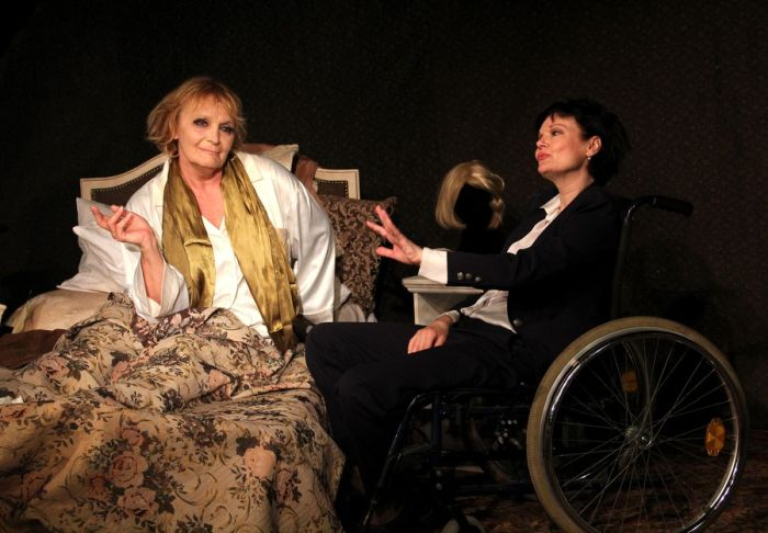 Regina Rázlová se Simonou Postlerovou v představení pražského Divadla Ungelt Miss Dietrich lituje