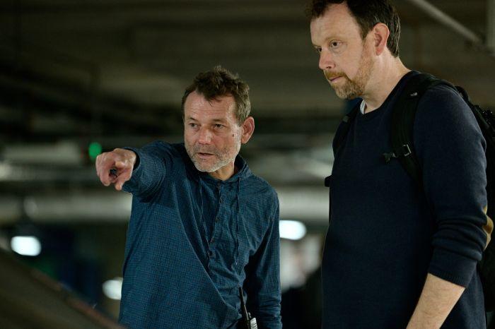 Režisér Radim Špaček a kameraman Martin Štěpánek se dohadují nad konečnou podobou jedné ze scén nového kriminálního seriálu.
