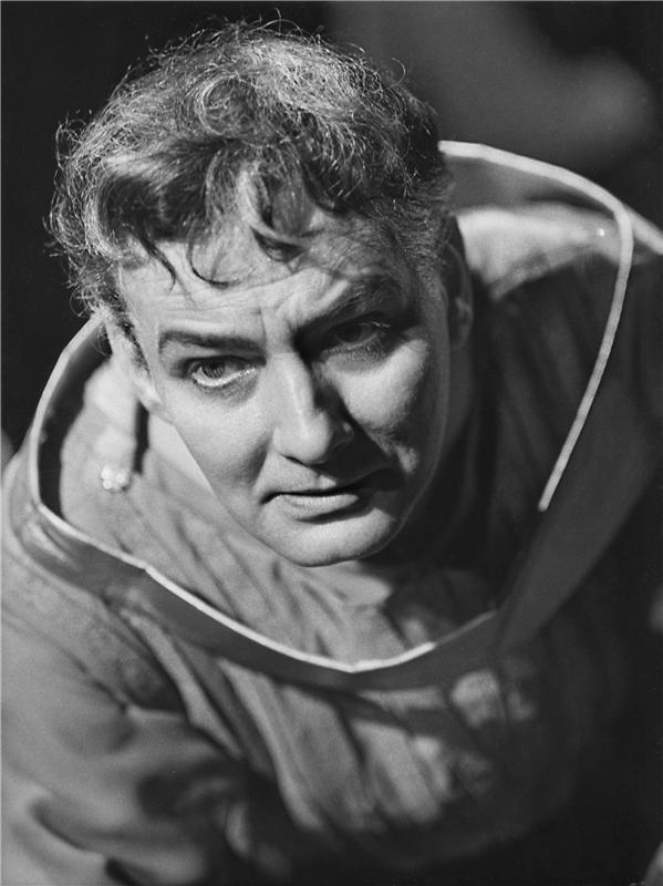 V roce 1965 v inscenaci básnického dramatu Vítězslava Nezvala Dnes ještě zapadá slunce nad Atlantidou