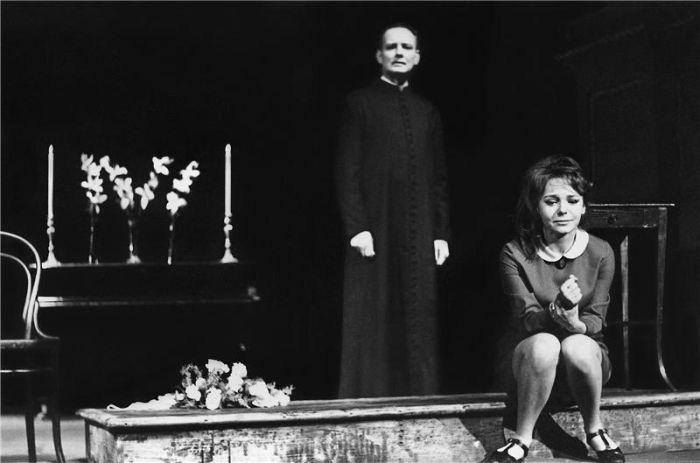 S Klárou Jernekovou v Národním divadle v roce 1968 v dramatu Vůně květin