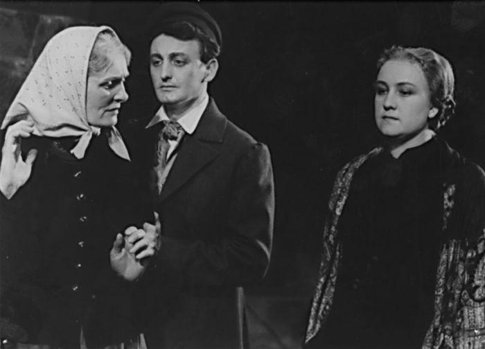 Se Světlou Svozilovou a Antonií Hegerlíkovou (vpravo) ve hře Josefa Kajetána Tyla Paličova dcera, Ústřední divadlo československé armády Praha, dnešní Divadlo na Vinohradech, v roce 1955