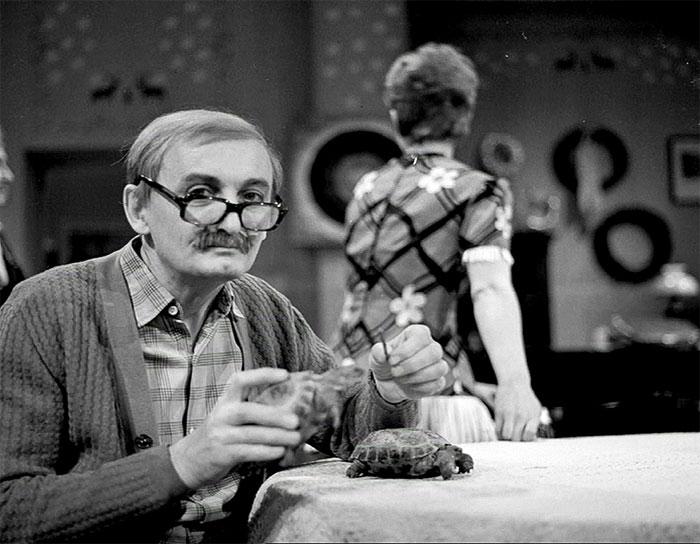 Tatínek Oldík se svými Poldinkami v seriálu Taková normální rodinka