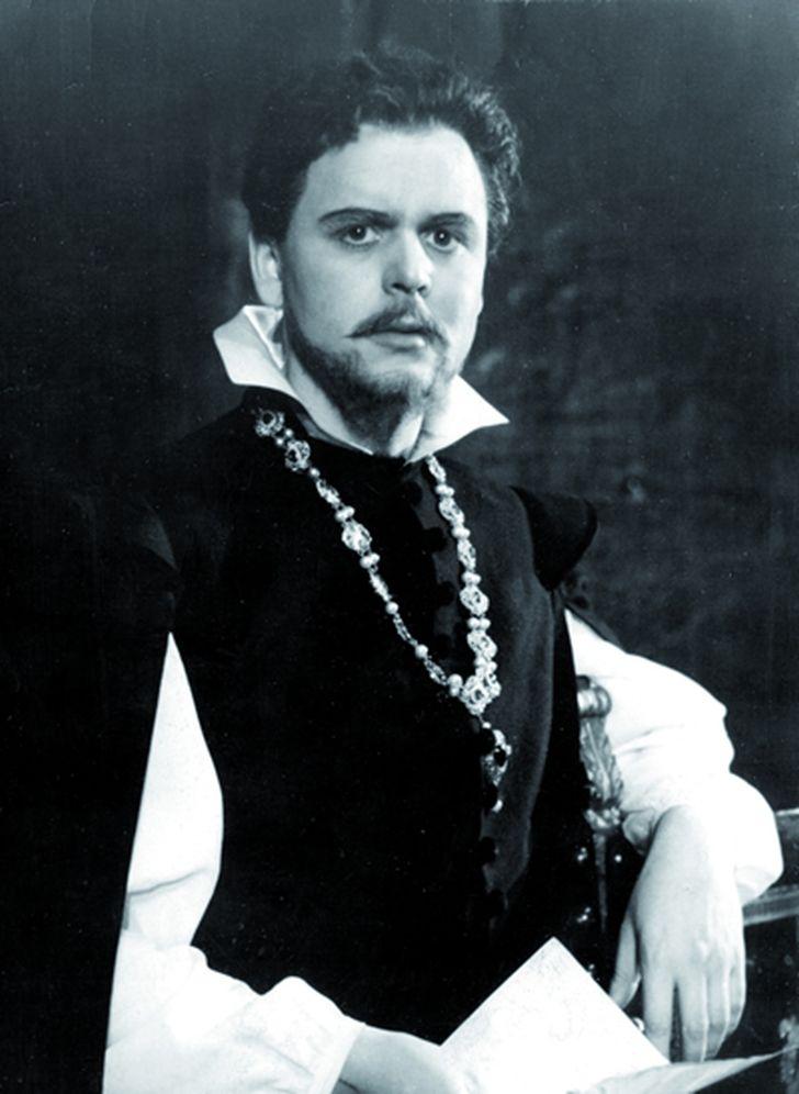 V roce 1955 na jevišti pražského Divadla na Vinohradech, v hlavní roli klasického historického dramatu Friedricha Schillera Don Carlos