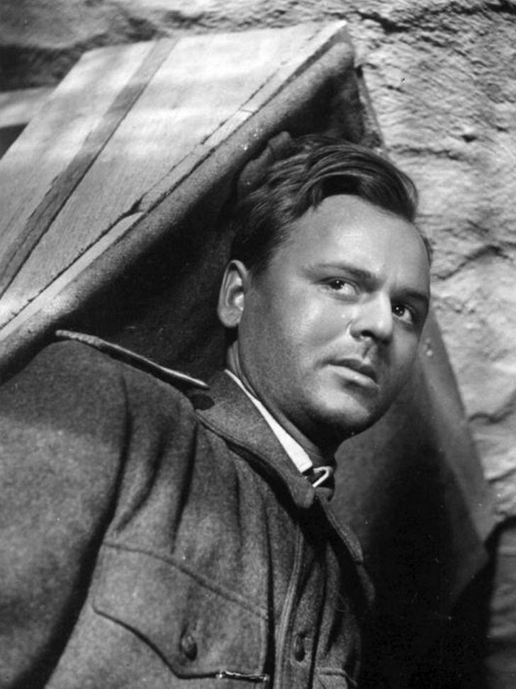 V roce 1957 jako poručík Zábrana v dramatu Vojtěcha Jasného Zářijové noci