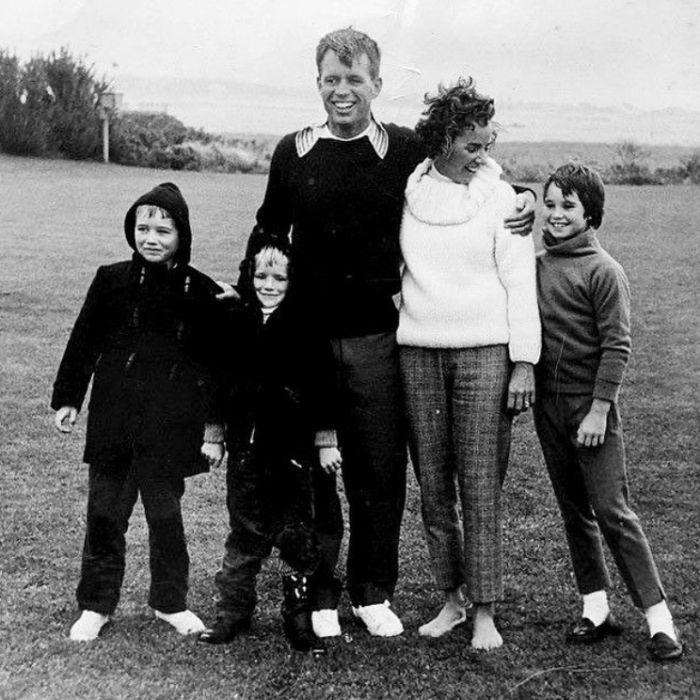 Robert Kennedy v roce 1962 s manželkou Ethel a dětmi Robertem, Davidem a Kathleen