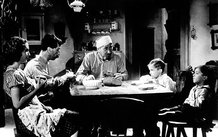 Jako Anči se svou filmovou rodinou v komedii z roku 1941 Nebe a dudy, v níž exceloval v roce 1941 komik Jindřich Plachta
