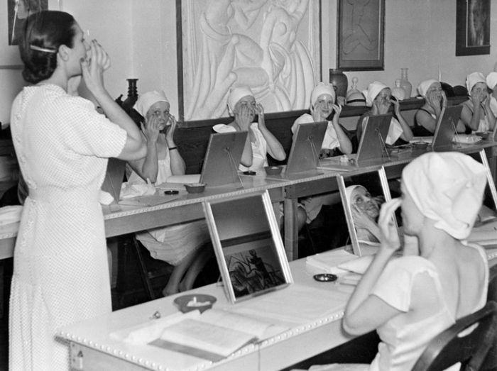 Helenina neteř Mala vyučuje v roce 1937 správnou péči o pleť v salonu na newyorské 715 Fifth Avenue