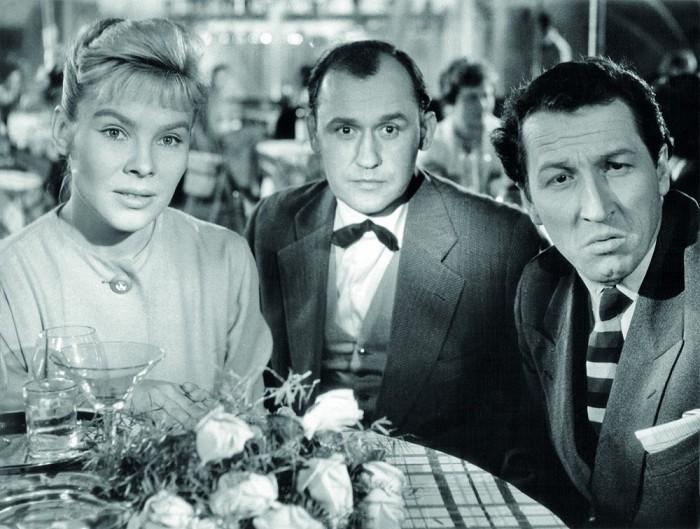 Ještě štíhlý Svatopluk Skládal jako pásek v pražském zábavním parku PKOJF (vpravo) s Valentinou Thielovou a Otakarem Skalskim v povídkovém filmu Zbyňka Brynycha z roku 1959 Pět z milionu
