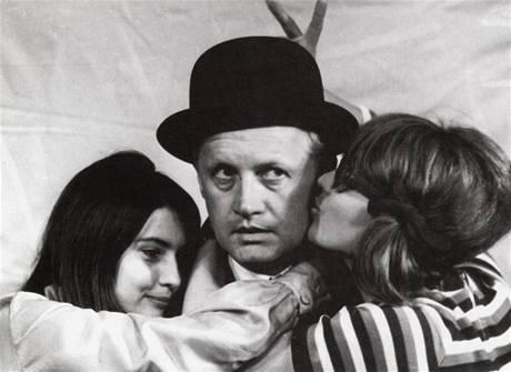 S Miluškou Voborníkovou (vlevo) a Naďou Urbánkovou v divadle Semafor