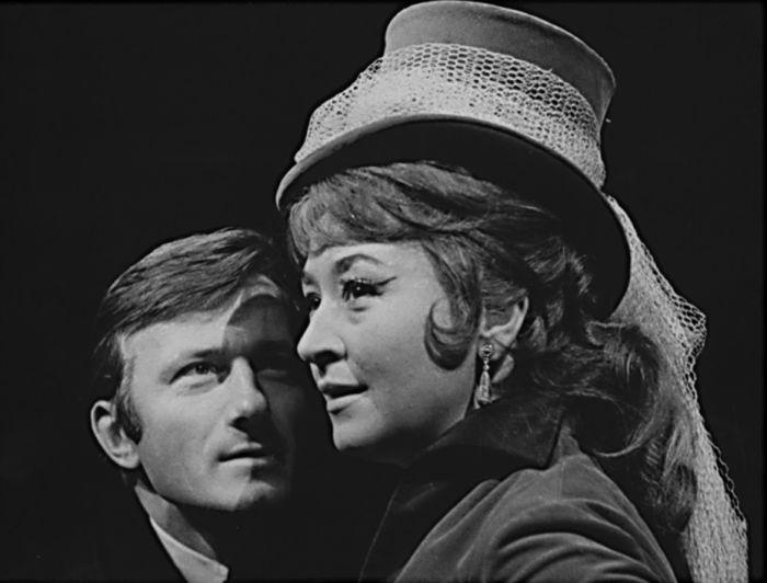 S Radkem Brzobohatým v dramatu Jeana Cocteau o iluzích a politice Dvojhlavý orel