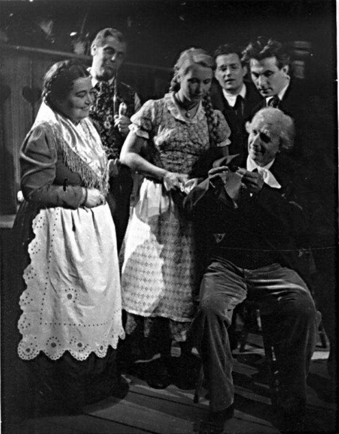 S manželkou Miladou (vlevo) v roce 1953, v inscenaci Národního divadla Naši furianti