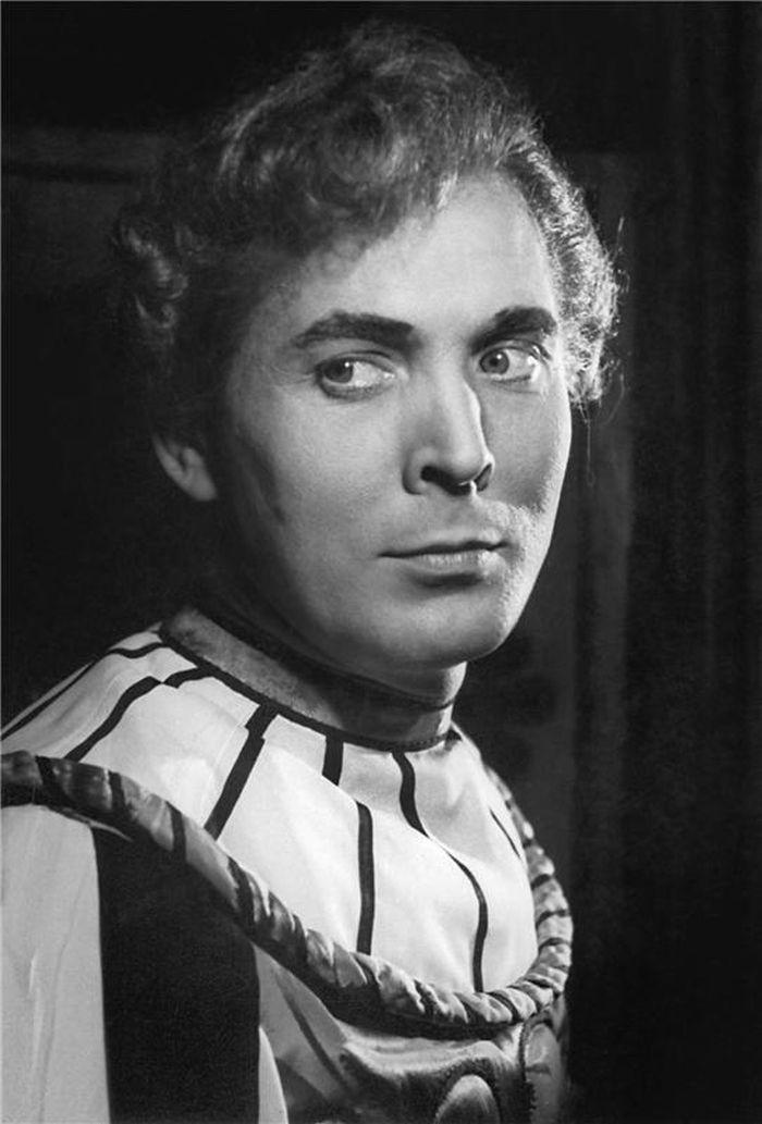 V Národním divadle v roce 1950, v Shakespearově slavné komedii Zkrocení zlé ženy