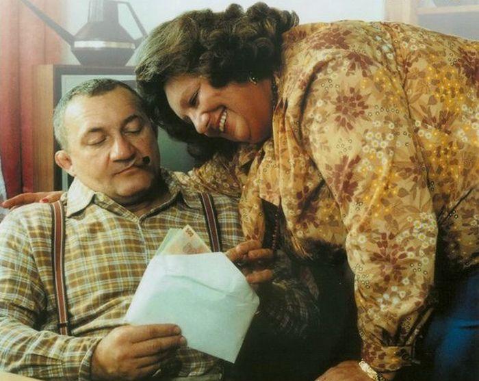 Pidloch a Julinka (Helena Růžičková) v komedii režiséra Petra Schulhoffa z roku 1982 Příště budeme chytřejší, staroušku! aneb Všude dobře, v base nejlíp!