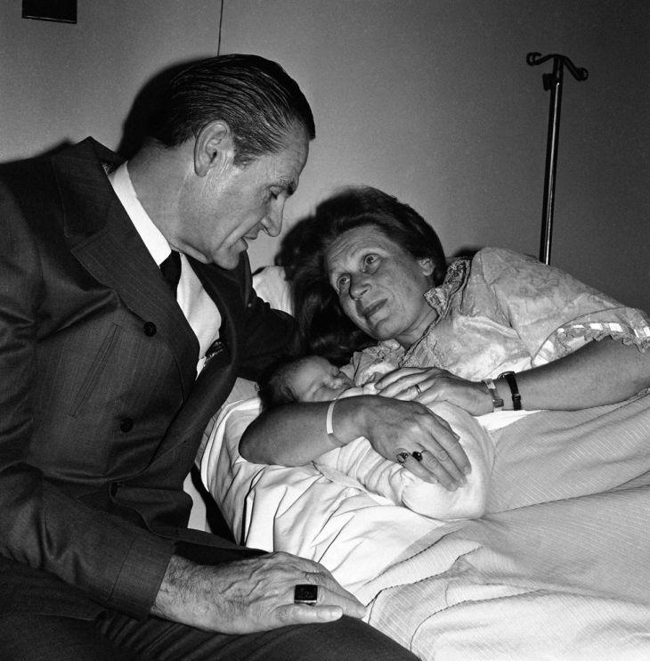 Se čtvrtým manželem, architektem Williamem Wesleyem Petersem, po narození dcery Olgy
