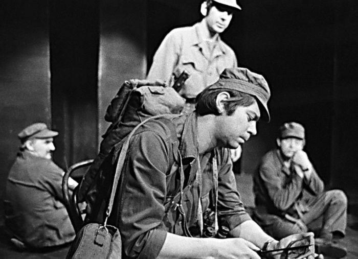 Četař Crackmiller v psychologickém dramatu Ladislava Smočka Piknik, líčícím příběh a reakce vojáků, ztracených uprostřed tropické džungle – Činoherní klub Praha 1965
