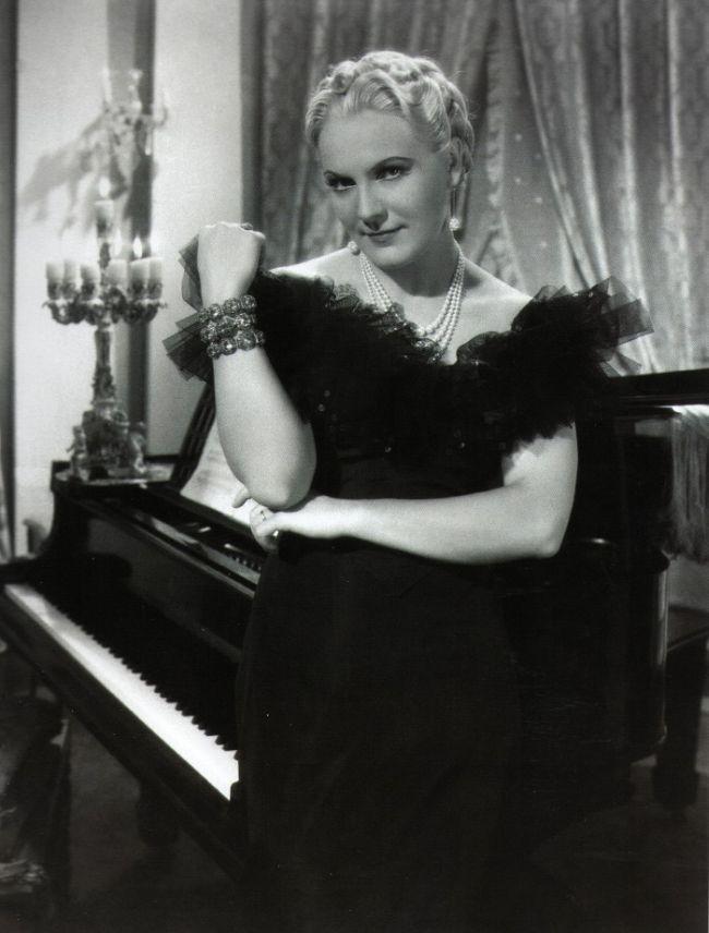 Nádherná filmová hvězda Jiřina Štěpničková v roce 1938 v romantickém dramatu Co se šeptá, které režíroval a Hugo Haas a součastně si zahrál hlavní mužskou roli