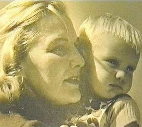 Malý Jiří se slavnou maminkou