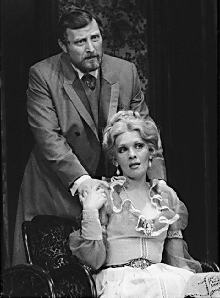Lady Chilternová v komedii Oscara Wilde Ideální manžel – divadlo Rokoko 1986; v roli barona Chilterna Ladislav Frej