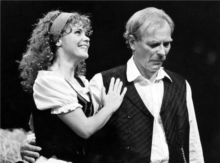 S Hanou Ševčíkovou na jevišti Národního divadla v roce 1999, v Shakespearově komedii Mnoho povyku pro nic