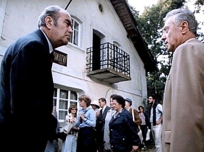 Jako profesor Kingsley (vlevo) v komedii Ladislava Smoljaka a Zdeňka Svěráka z roku 1983 Jára Cimrman ležící, spící