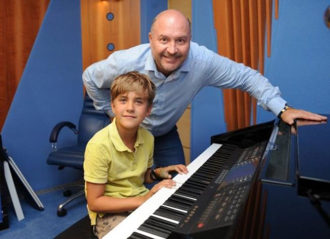 Svobodův syn Jakub s Michalem Davidem zazpíval v roce 2015 na charitativním večeru Kapky naděje otcovu písničku Létající Čestmír