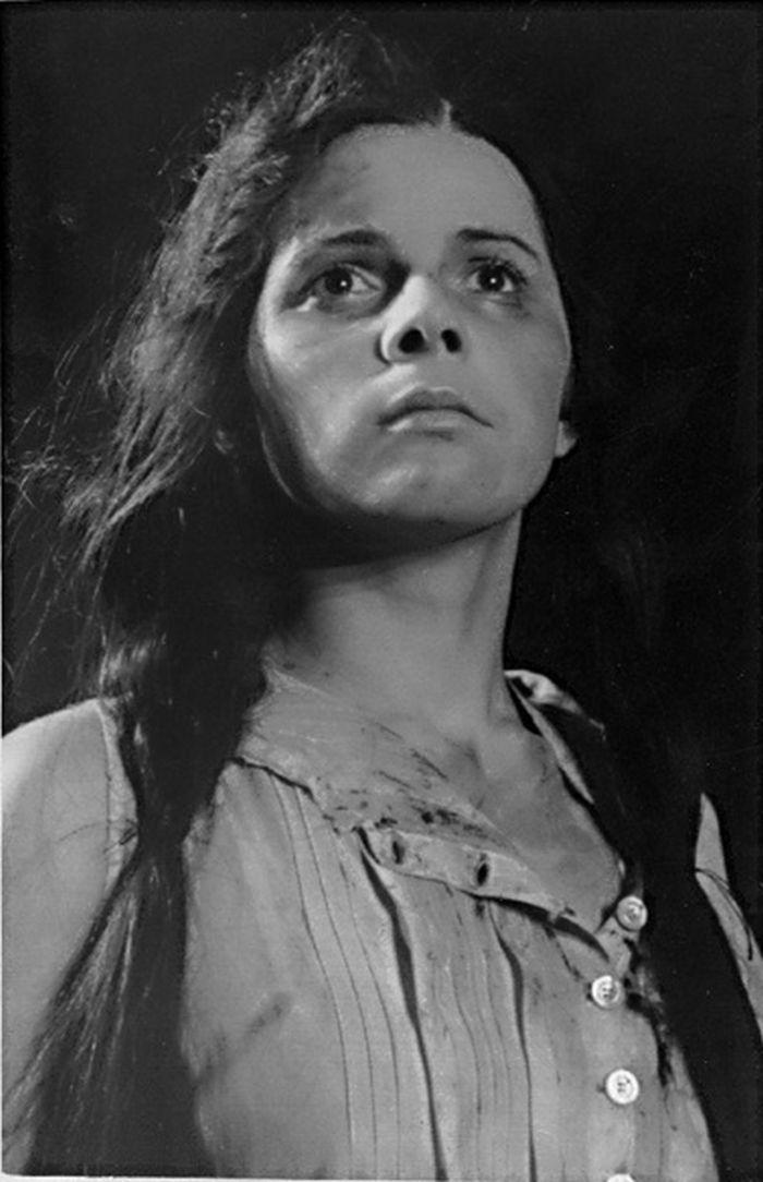 V roce 1957 v divadelní inscenaci válečného románu Alexandra Fadějeva Mladá garda