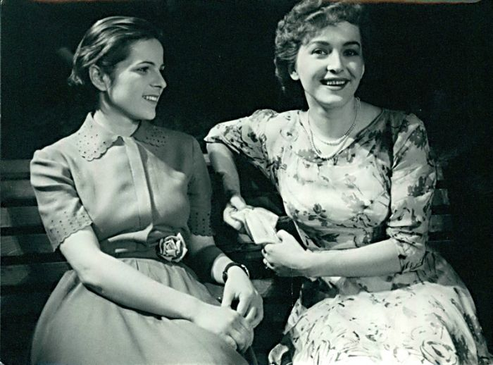 S Miluší Zoubkovou (vpravo) v roce 1951 v představení Divadla na Vinohradech V našem pluku