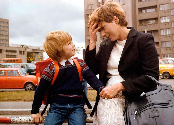 Prvňák Honzík (Martin Šotola) a jeho matka v rodinné komedii Zdeňka Trošky z roku 1983 Bota jménem Melichar