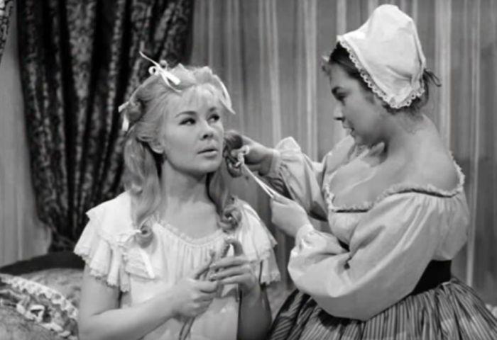 Komtesa Veronika a šenkýřka (Míla Myslíková) v historickém filmu Bořivoje Zemana z roku 1964 Bláznova kronika