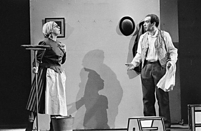 Posluhovačka paní Müllerová a Josef Švejk (Jan Faltýnek) v dramatizaci románu Jaroslava Haška Osudy dobrého vojáka Švejka – Divadlo S. K. Neumanna 1974