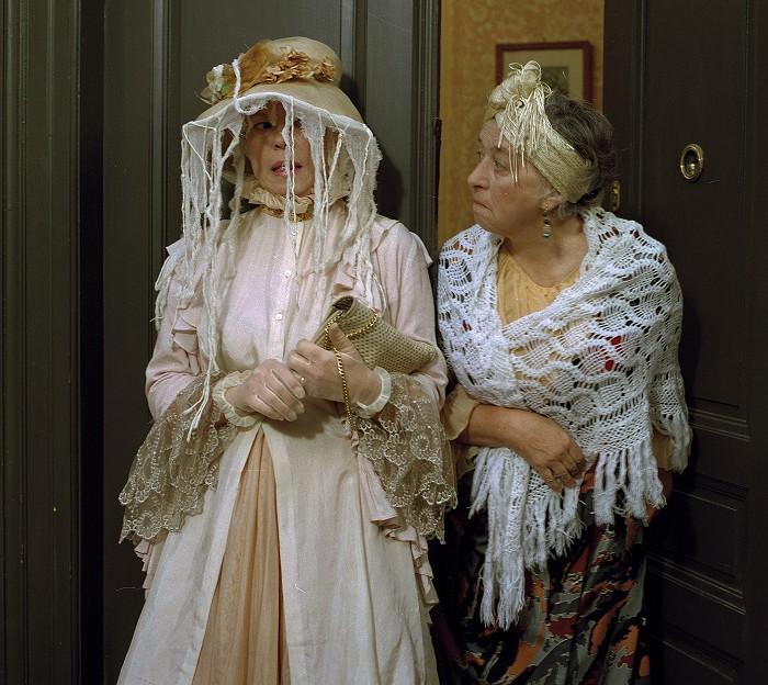 Sousedka Dostálová a Róza Riedlová (Iva Janžurová) v televizní pohádkové komedii z roku 1994 Róza, strážné strašidlo