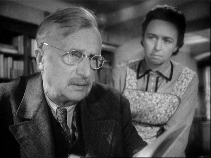Hospodyně Mrázková a profesor Málek (František Smolík) ve válečném dramatu režiséra Jiřího Krejčíka z roku 1960 Vyšší princip