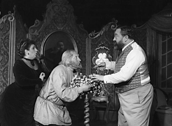 Se Stellou Zázvorkovou a Janem Werichem v komedii A. P. Čechova Medvěd – Divadlo estrády a satiry 1954