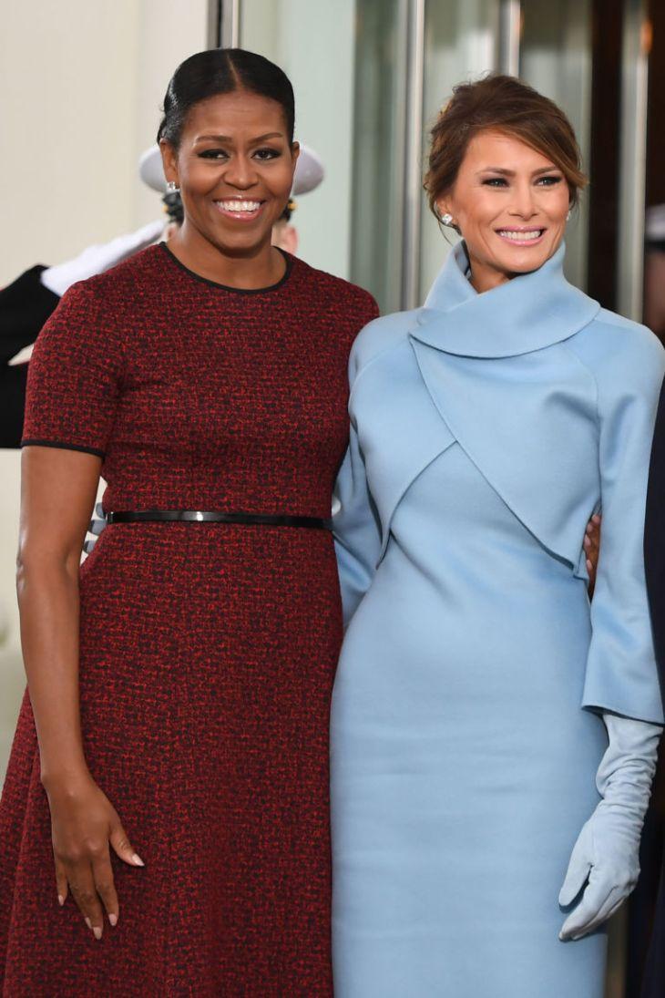 Americká inaugurace: Zatímco Melanii Trump kritikové vytkli pokud o kopírování Jackie Kennedy, manželka končícxího prezidenta Michelle Obama v modelu poněkud přestárlé chudé středoškolačky situaci naprosto nezvládla