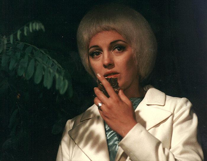 Krásná mimozemšťanka ve sci-fi komedii Akce Bororo