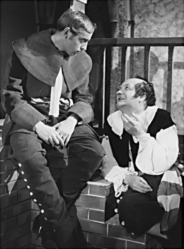 Jako Gusman (vlevo) v Molièrově dramatu Don Juan – Krajské oblastní divadlo Pardubice 1953