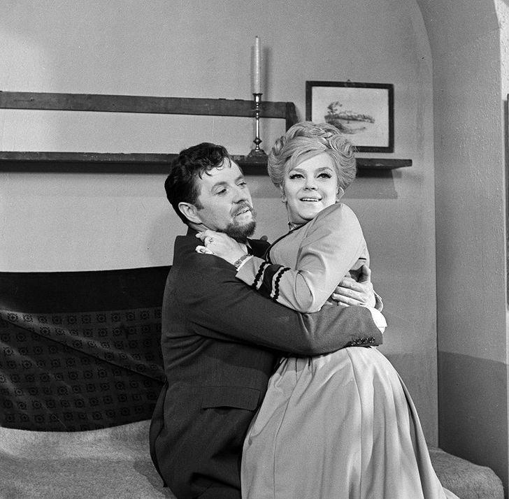 Martin Nedobyl a jeho velká láska Valentýna v podání Slávky Budínové v seriálu z roku 1968 Sňatky z rozumu