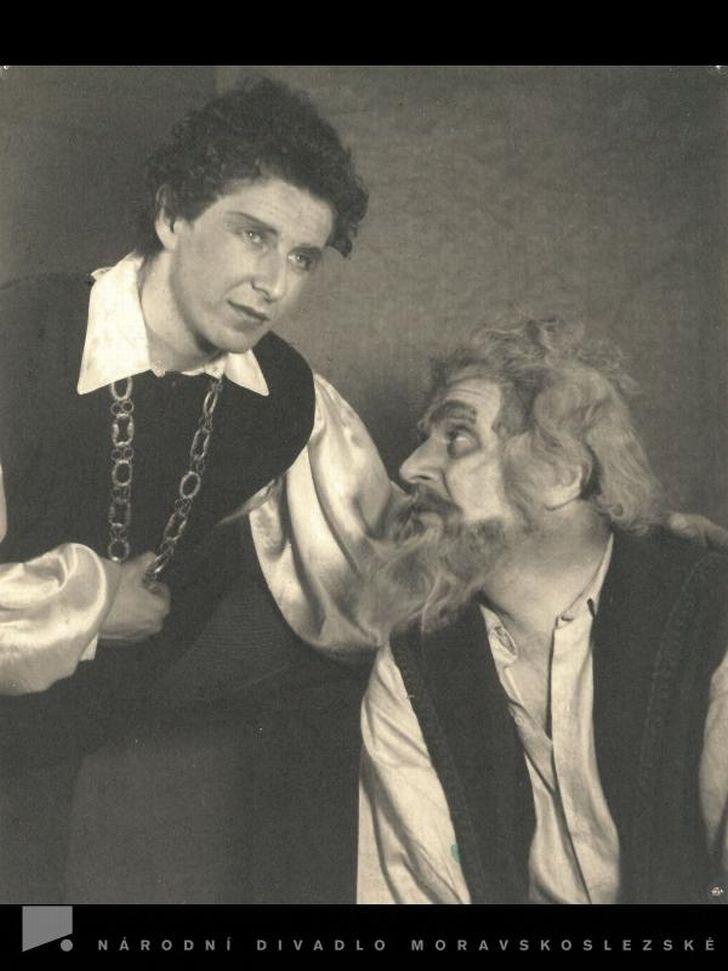 S Jaroslavem Šárou v sezóně 1949/50 na jevišti ostravského Národního divadla moravskoslezského, v Shakespearově komedii Jak se vám líbí