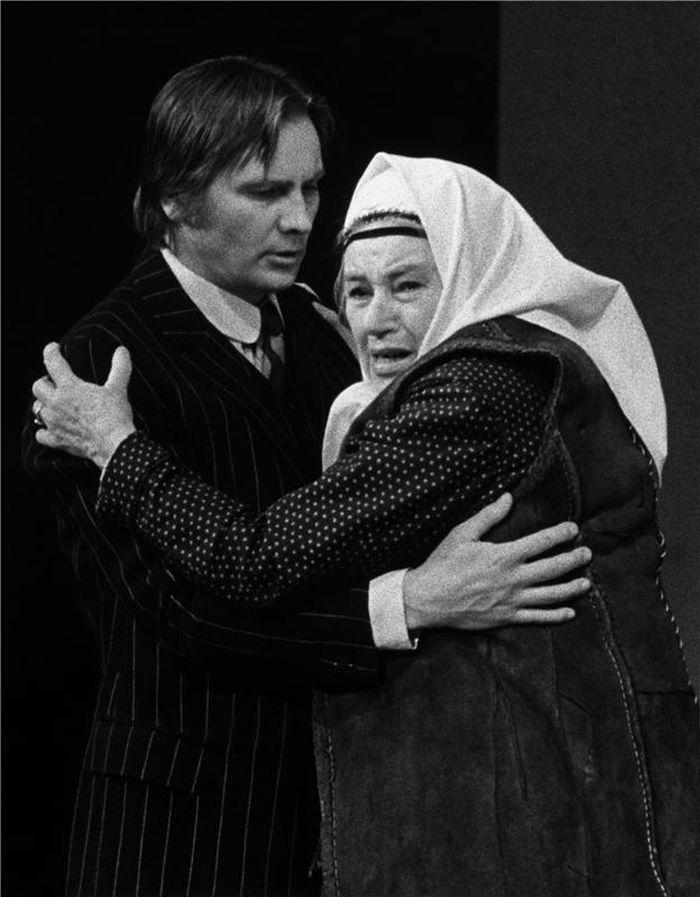 Poslední divadelní role – s Jiřím Štěpničkou v představení Ivana Stodoly k Roku českého divadla Bačova žena – Národní divadlo 1963