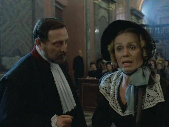 Komorná Klementina Boatierová, která se stala jednou z jejích posledních rolí, a prokurátor Decous (Ladislav Frej), v seriálu Antonína Moskalyka Dobrodružství kriminalistiky